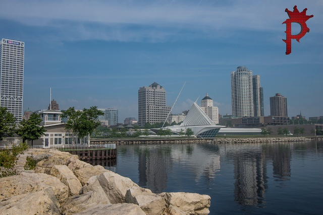 Milwaukee, Wisconsin skyline and museum of art.